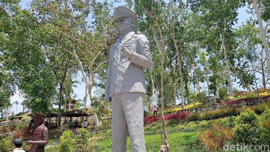 Potret Patung Soeharto yang Gagah Berdiri di Ponorogo