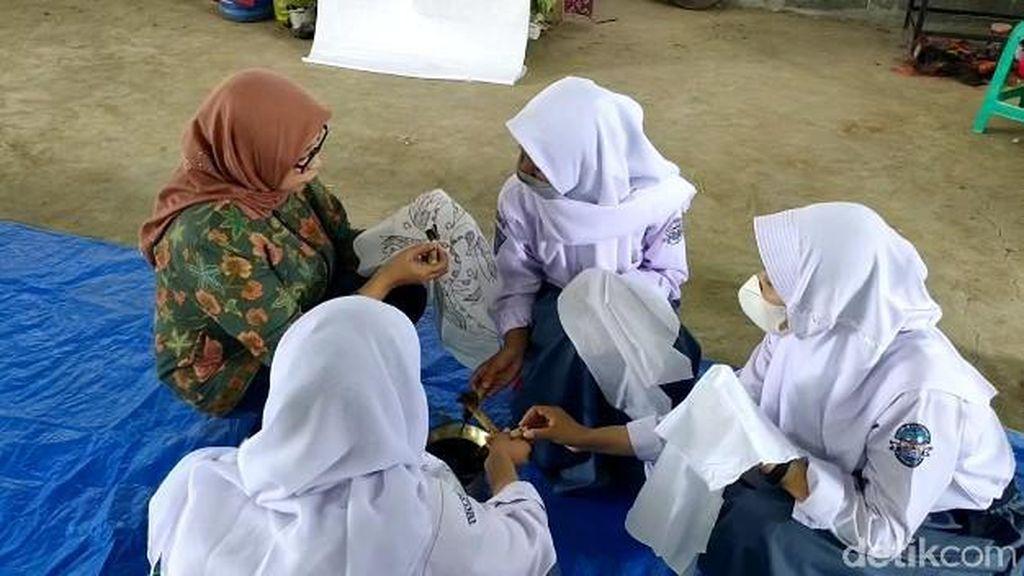 Membatik, Cara Pelajar di Majalengka Peringati Hari Batik Nasional