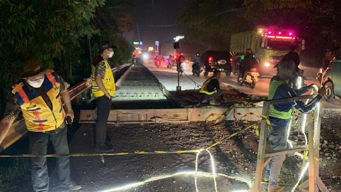 Perbaikan jalan baru dicor yang viral karena rusak dilewati warga