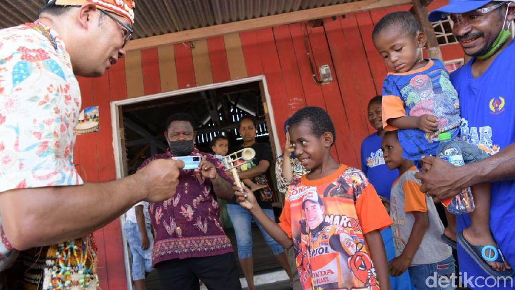 Ridwan Kamil Ajak 5 Pemuda Kampung Yoboi Papua ke Bandung