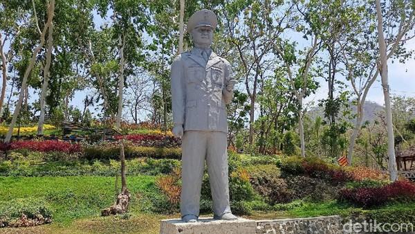 Di tempat wisata ini juga berdiri patung Soeharto.