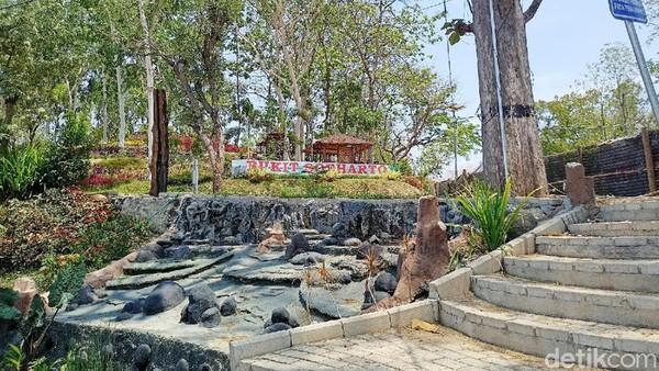 Di tempat ini juga terdapat beberapa gazebo, taman bermain anak, rest area, food court dan taman bunga.