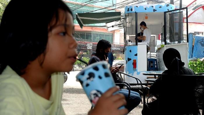 Transformasi digital jadi momentum untuk bangkitkan UMKM di tengah pandemi COVID-19.   Selain bisa naik kelas, UMKM juga diharapkan mampu menjadi bagian dari rantai pasokan ekonomi dalam negeri maupun global. Pada 2023 pemerintah meminta 30 juta usaha mikro, kecil, dan menengah (UMKM) Indonesia masuk ke dalam sistem digital.