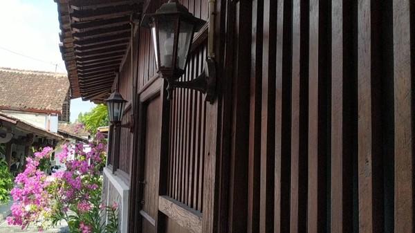 Puas menikmati eksotisme bangunan heritage dari depan, jangan lupa melewati gang-gang sempit di bagian belakang rumah warga. Gang ini, merupakan batas antara bagian belakang rumah yang menghadap ke selatan dan utara.