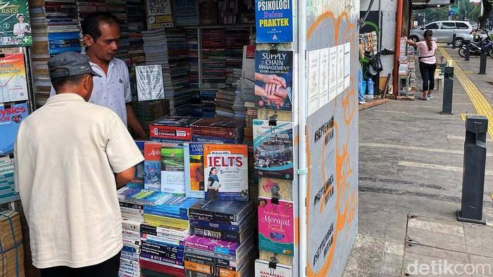 Para penjual buku bekas di Jalan Kwitang Senen, Jakarta, semakin merana. Di masa pendemi COVID-19 ini, warga beralih membeli buku secara daring.