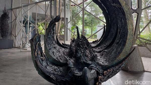 Banyak karya seni yang dipajang, seperti miniatur patung Garuda Wisnu Kencana yang berdiri megah di tanah kelahiran I Nyoman Nuarta. Adapula lukisan berukuran 180 cm x 400 cm yang bertajuk  The Journey of The Mighty Garuda Wisnu Kencana.