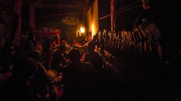 Dalang senior Radiman Dimansyah mempertunjukkan wayang Sampir saat pergelaran budaya di Taman Wisata Pagat, Barabai, Kabupaten Hulu Sungai Tengah, Kalimantan Selatan, Sabtu (2/10/2021).