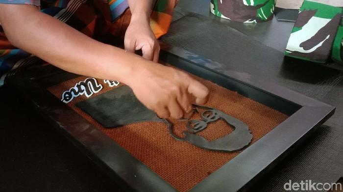 Nunung Ervana, warga Kudus, Jateng, menyulap karung goni, limbah garmen, limbah sepatu dan limbah sandal jepit menjadi siluet wajah para tokoh bangsa. Seperti apa hasil karyanya?