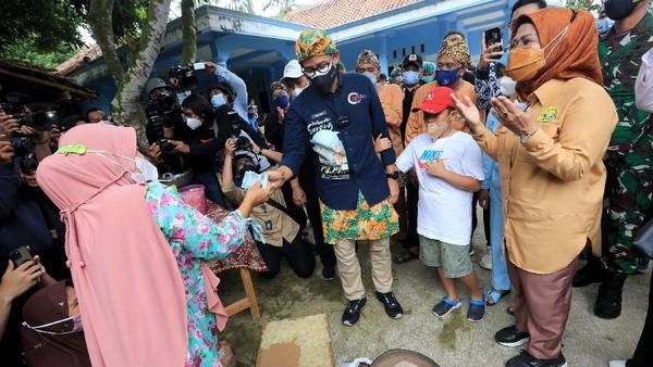Didampingi Bupati Serang Ratu Tatu Chasanah (kanan), Sandiaga memberikan bantuan modal Rp 3 juta secara langsung kepada emak-emak pelaku UMKM emping.