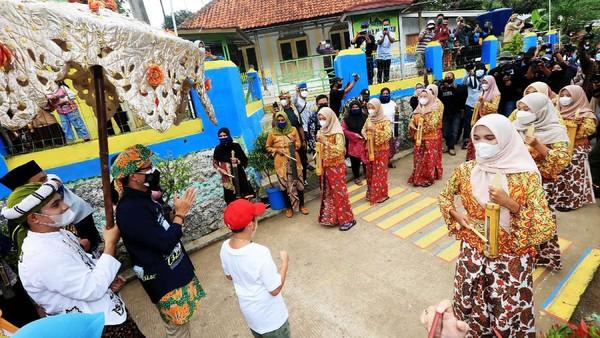 Menteri Pariwisata dan Ekonomi Kreatif/Kepala Badan Pariwisata dan Ekonomi Kreatif Sandiaga Salahuddin Uno mengunjungi Desa Wisata Cikolelet di Kecamatan Cinangka, Kabupaten Serang, Banten, Sabtu (2/10/2021).