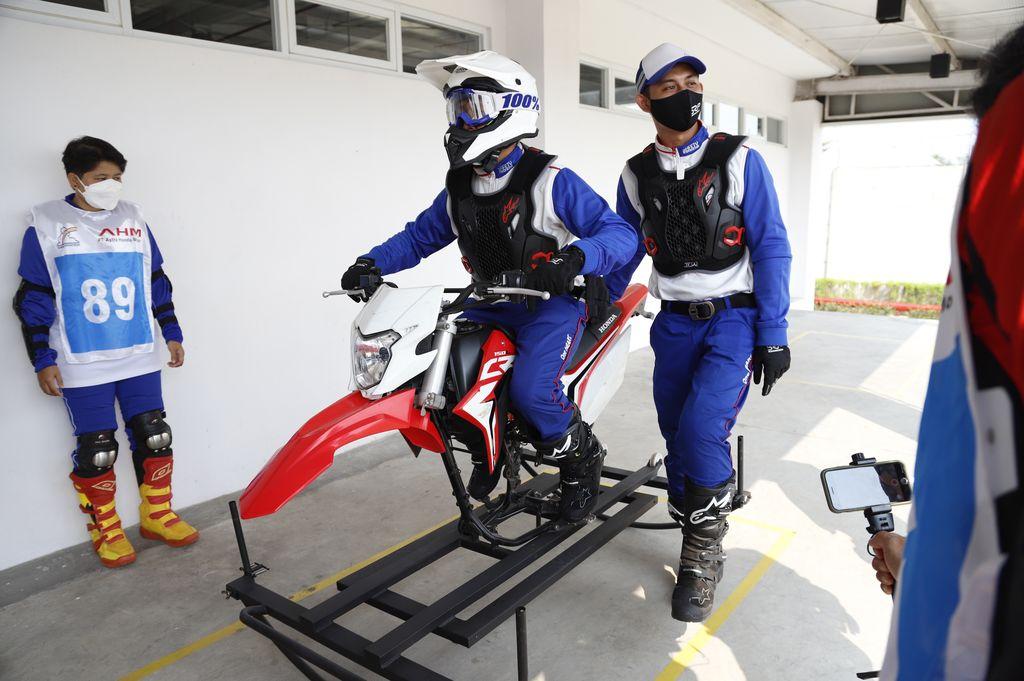 Sejumlah awak media mencoba sirkuit offroad di AHM Safety Riding Park, Deltamas, Cikarang, Bekasi (30/9/2021)
