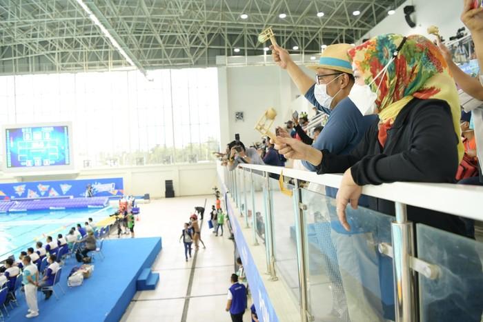Sepanjang pertandingan, Kang Emil bersama kontingen PON Jabar lainnya terus membunyikan alat tradisional bambu untuk memberikan semangat kepada Tim Polo Air Putra Jabar dari tribun penonton.