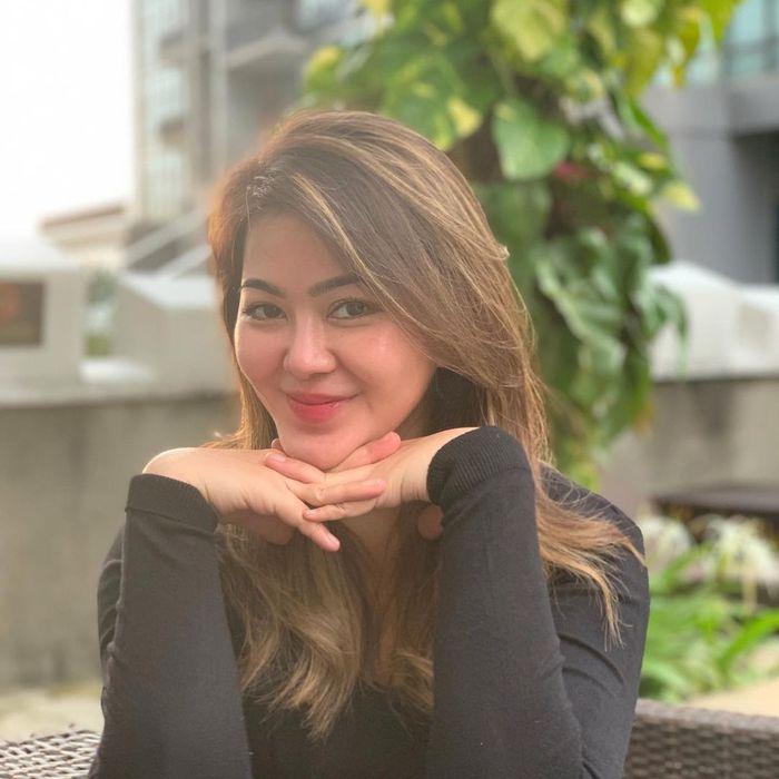 Sherrin Tharia Putuskan Lepas Hijab, Ini Pose Asyiknya Hangout di Kafe