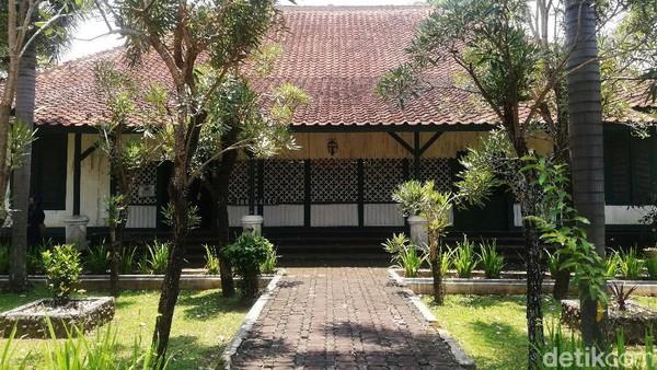 Rumah tersebut berada di Lingkungan Karaton Sumedang Larang atau Komplek Museum Prabu Geusan Ulun, Kabupaten Sumedang.
