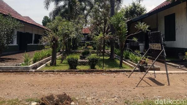 Pangeran Suria Kusumah Adinata selain membangun Bumi Kaler (Utara) juga membangun Bumi Kidul (Selatan). Namun bengunan itu telah hancur pada masa Hindia Belanda. Bangunan di lokasi Bumi Kidul yang tampak merupakan bangunan baru.