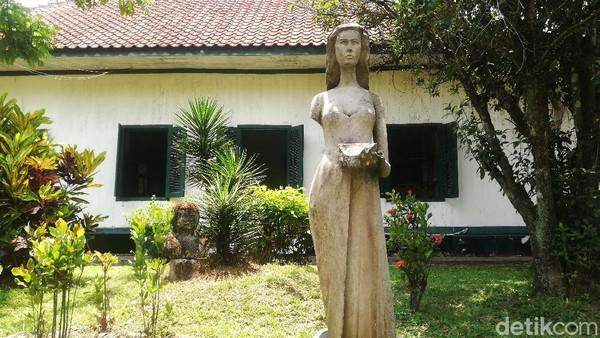 Di kawasan ini terdapat Patung Dewi Nawang Wulan, istri dari Prabu Aji Putih pendiri Kerajaan Tembong Agung atau Cikal Bakal Kerajaan Sumedang Larang.