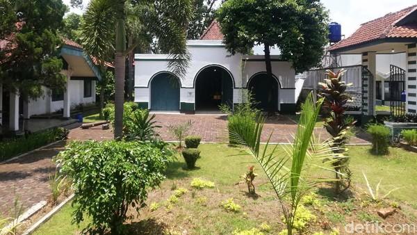 Gedung Kereta, salah satu dari tujuh bangunan yang ada di lingkungan Karatonan Sumedang Larang.