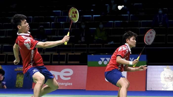 EDITORS NOTE: Graphic content / Chinas Wang Yilyu (L) and Huang Dongping play against Thailands Sapsiree Taerattanachai and Dechapol Puavaranukroh during mixed doubles badminton match at the Badminton Team Mixed World Championships (Sudirman Cup) in Vantaa, Finland on September 29, 2021. . (Photo by Heikki Saukkomaa / Lehtikuva / AFP) / Finland OUT