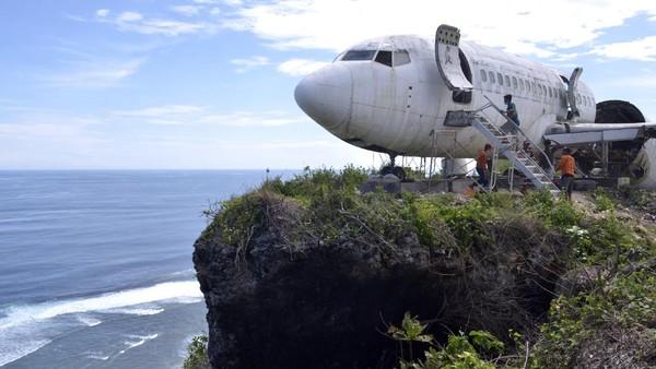 Perwakilan pemilik lahan, Made Sukardiana, mengungkapkan, ide penempatan pesawat di atas tebing Pantai Nyang-Nyang berangkat dari keprihatinan Felix Demin atas kondisi masyarakat di sekitar wilayah tersebut. Sebagian besar warga di sana menggantungkan pendapatannya dari sektor pariwisata