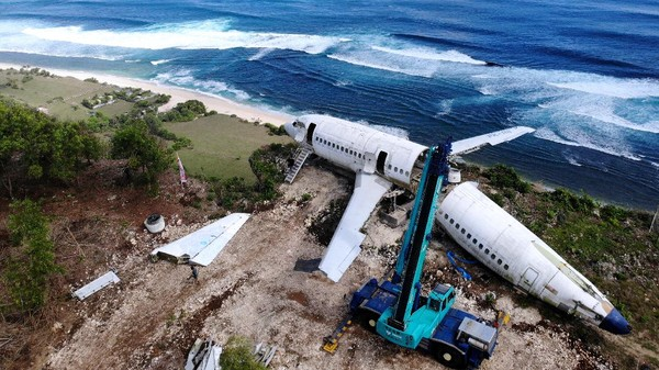 Pesawat itu berada di Desa Pecatu, Kecamatan Kuta Selatan, Kabupaten Badung, Bali. Penempatan pesawat itu diinisiasi oleh pengusaha asal Rusia, Felix Demin.
