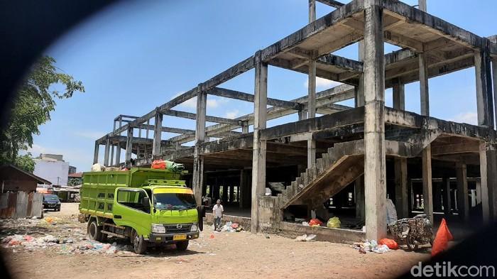 Pembangunan Pasar Cik Puan Pekanbaru mangkrak sejak dibangun pada 2009-2010 lalu. Kondisi pasar itu pun kini tampak memprihatinkan. Berikut potretnya.