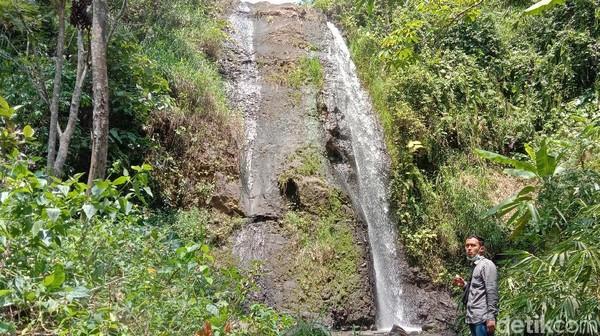 Wisatawan bisa bebas datang karena belum ada tarif untuk masuk ke destinasi wisata tersebut. Salah satu wisatawan bernama Hamdani mengaku senang bisa datang ke air terjun pengantin itu. (Dian Utoro Aji/detikTravel)