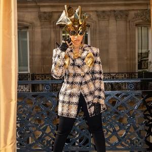 Foto: Gaya Unik Cardi B di Paris Fashion Week, Payudara Emas Jadi Sorotan