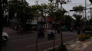 Awal Pekan, Kota Surabaya Disambut Mendung dan Gerimis