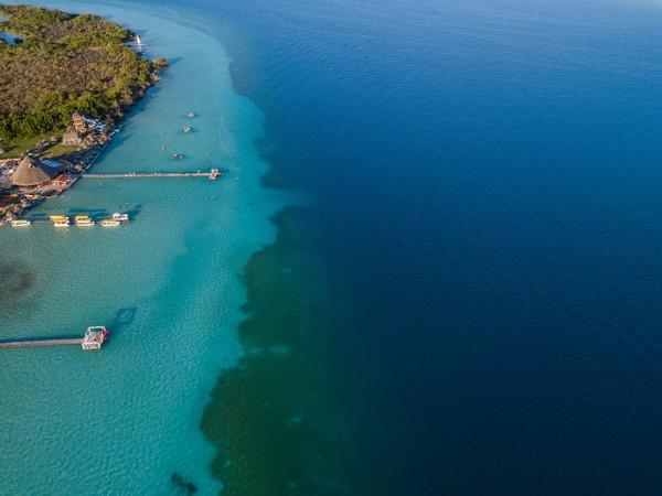 Danau Bacalar adalah rumah bagi populasi purba stromatolit yang berusia sekitar 3,5 miliar tahun.(Getty Images)