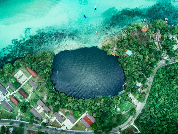 Dasar danau kapur ini menjadi rumah bagi kehidupan tertua di planet ini. (Getty Images)