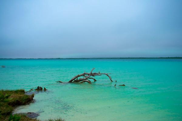 Kebanyakan wisatawan yang datang melakukan kegiatan berlayar, kayak, dan berenang dengan menginjak dasar danau. (Getty Images)