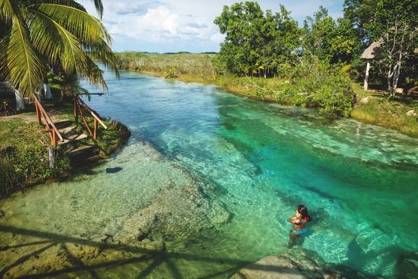 Pada Juni 2020, warna-warni unik air Danau Bacalar yang kaya berubah menjadi cokelat kusam karena polusi. (Getty Images)
