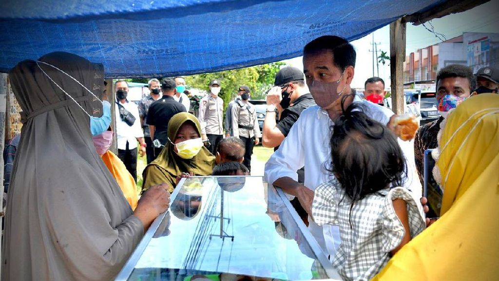 Momen Jokowi Hampiri PKL yang Bentangkan Spanduk Perhatikan Kami