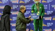 Ketua DPD Serahkan Medali dan Bonus untuk 2 Atlet Senam Jatim