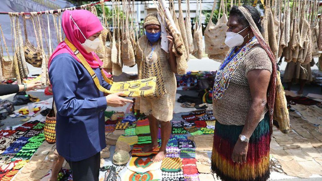 Saat Khofifah Borong Noken Tas Tradisional Papua