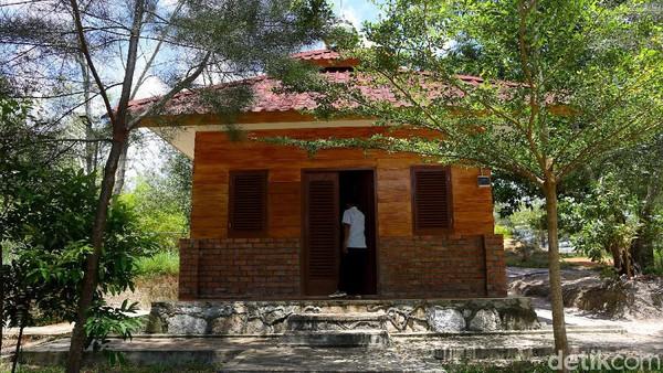 Seorang pengunjung berusaha melihat dan masuk ke dalam mushala yang sudah berdiri kokoh untuk para pengunjung.