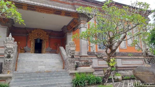 Museum dan Galeri Seni Rupa Rudana akan membuat kita merasa menyatu dengan alam. Museum yang didirikan Nyoman Rudana ini memiliki arsitektur bangunan khas Bali yang unik dan terdiri dari tiga lantai. (Gibran Maulana Ibrahim/detikTravel)