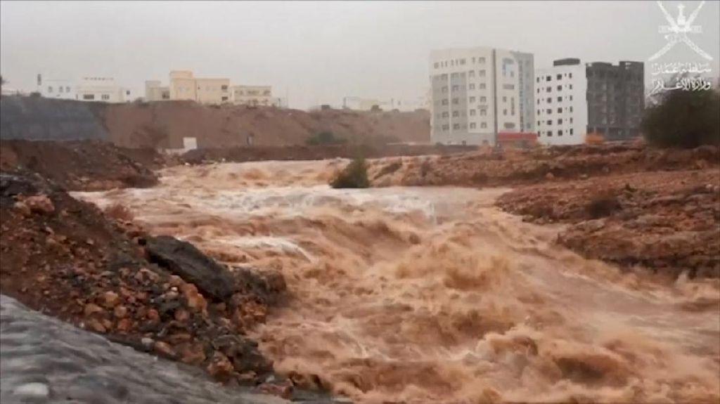 Topan Tropis Shaheen Hantam Oman, 3 Orang Tewas