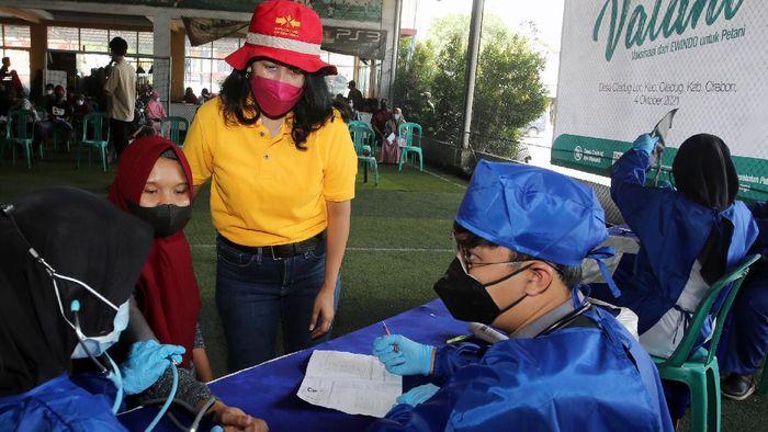 Kini giliran petani holtikultura di Cirebon yang ikut vaksinasi guna mengejar kekebalan kelompok atau herd immunity. Sedikitnya 300 petani dan keluarga ikut serta.