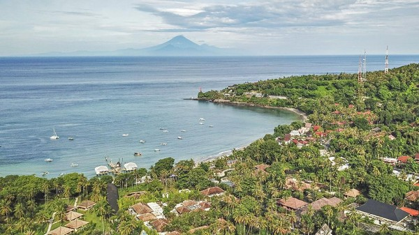 Melansir Antara, Lombok yang memiliki julukan Pulau Pedas, lebih lekat dengan jargon Pulau Seribu Masjid, karena mayoritas penduduknya beragama Islam.