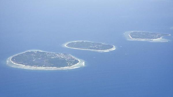 Selain itu, terdapat gugus pulau-pulau kecil bak mutiara yang mengelilingi cangkangnya Pulau Lombok, atau yang lebih familiar disebut Gili oleh warga lokal. Dari Rattan Gili, ada tiga pulau kecil yang beberapa tahun terakhir disesaki wisatawan mancanegara.