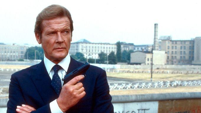 Roger Moore saat berperan sebagai James Bond.