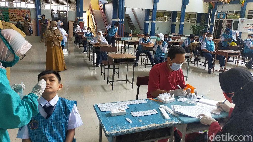 Siswa di Makassar Tes Antigen COVID Sebelum Ikut Simulasi PTM