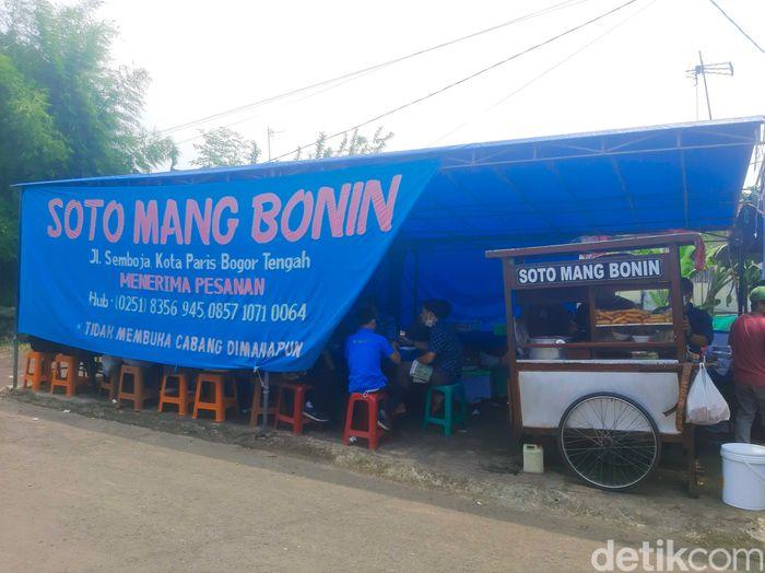 Soto Mang Bonin Legendaris di Bogor. Berdiri sejak tahun 1987 yang kini memiliki omzet Rp 5 juta per hari.