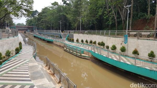 Taman Kota 2 BSD yang berada di kawasan Serpong ini disebit mirip-mirip dengan Cheonggyecheon, kawasan pedestrian di Korea Selatan yang menyulap aliran sungai menjadi jalur pedestrian modern.