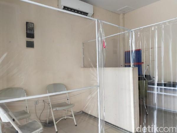 Jika wisatawan terdeteksi memiliki suhu tinggi, maka akan dialihkan ke ruang isolasi(Tasya Khairally/detikcom)