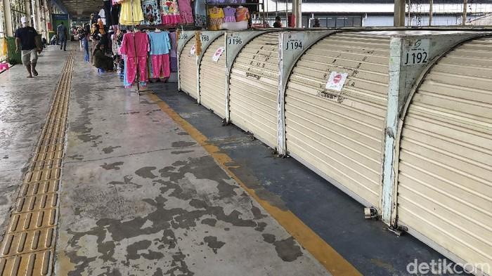 Sejumlah kios di skybridge Tanah Abang tampak tutup, bahkan beberapa di antaranya diberi tanda segel. Ada apa?