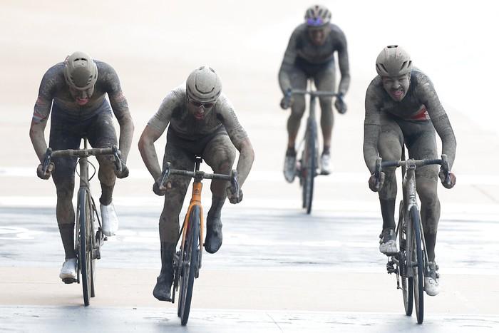 Sedikitnya 170 pebalap uji nyali melintasi rute sepanjang 258 km dari Compiegne ke Roubaix. Pebalap Italia, Sonny Colbrelli menjadi yang tercepat.