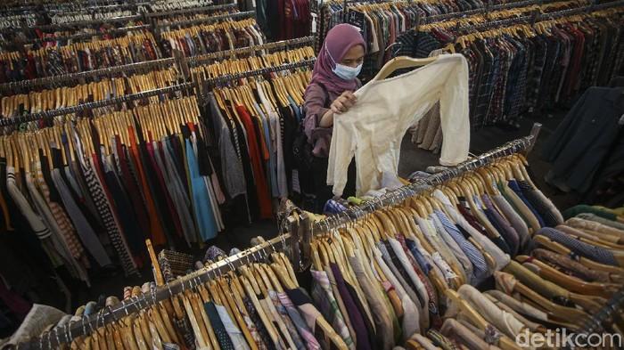 Harga pakaian yang relatif murah di pasaran membuat jumlah limbah tekstil terus meningkat. Kini tren thrifting pun mulai bermunculan untuk kurangi limbah teksti