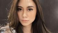 8 Foto Artis Cantik Malaysia Dijulidin Netizen karena Pakai Rok Mini